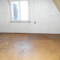 Mietnomaden München: leerer Raum mit Flecken auf Boden und an Wänden