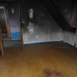 Entrümpelung: leerer Raum, Flecken auf Boden und an Wänden