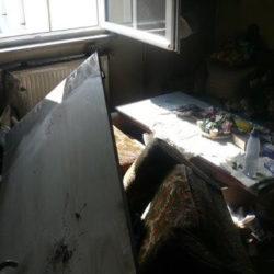 Wohnungsauflösung München: vermüllter Raum mit Möbeln