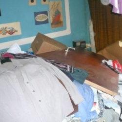 Wohnungsräumung: Müll mit Textilien, Holztür und Plastikmüll
