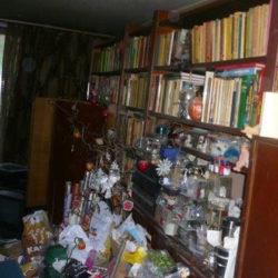 Wohnungsräumung: Schrankwand mit Müll