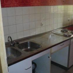 Wohnungsräumung: Küche mit Spüle und Herd